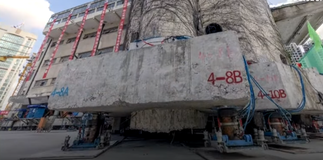 China mueve un edificio histórico de 7.600 toneladas con 200 patas robóticas