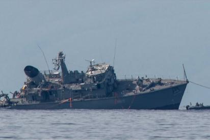El aparatoso choque entre un buque de guerra y un carguero en Grecia