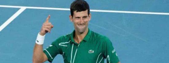 Djokovic sale a pasear a su perro y de pronto improvisa unas clases de tenis para niños en plena calle