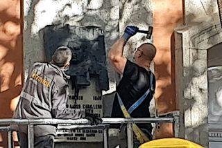 La Memoria Histórica se le atraganta a los progres: La placa de Largo Caballero, arrancada a martillazos