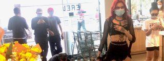 Una dominatrix pasea a un hombre atado y a cuatro patas por un supermercado de EEUU