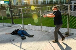 El guardia de seguridad de unos periodistas de televisión mata a un manifestante pro Trump a plena luz del día