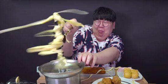 El youtuber 'Tasty Hoon' se hace mundialmente famoso tras sufrir un 'ataque' de queso fundido