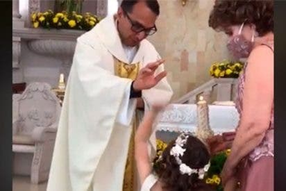 ¡Сhoca esos cinco!: la sorprendente reacción de la niña mientras la bendice el cura