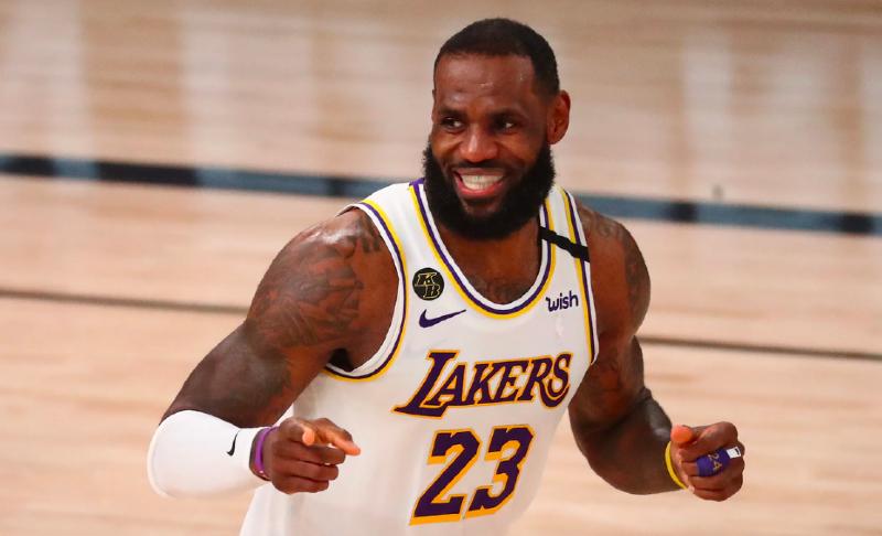 LeBron James se vuelve viral por su curiosa manía en medio de los partidos