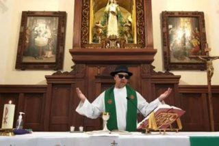 El parroco activa un filtro del móvil por error y transmite la misa por Facebook con gafas de sol y sombrero