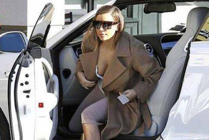 Kim Kardashian muestra su etiqueta de votación pero su top transparente roba las miradas