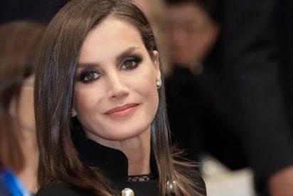 """Pilar Eyre: """"La Reina Letizia dice adiós a los trajes apretados, el cirujano plástico, los tacones y el lujo"""""""