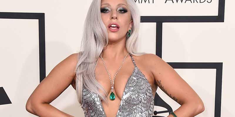 Lady Gaga como toda un fiera, acostada en suelo y sin ropa interior
