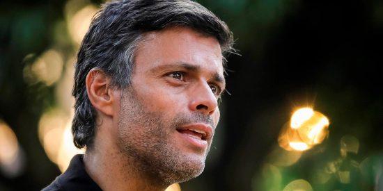 Leopoldo López sale de la Embajada de España en Caracas, burla a los verdugos chavistas y viene hacia España