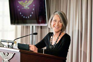 Louise Glück, poeta 'confesional' norteamericana, gana el Premio Nobel de Literatura 2020
