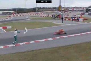 Un piloto de Kart se cobra su venganza tras quedar fuera de carrera y tira un alerón a su rival en plena pista