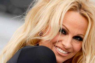 La madura Pamela Anderson olvida un detalle importante mientras se agacha para revisar el horno