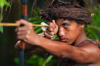 Las hipnotizantes fotos de está tribu que ha mutado genéticamente: ojos azules y brillantes