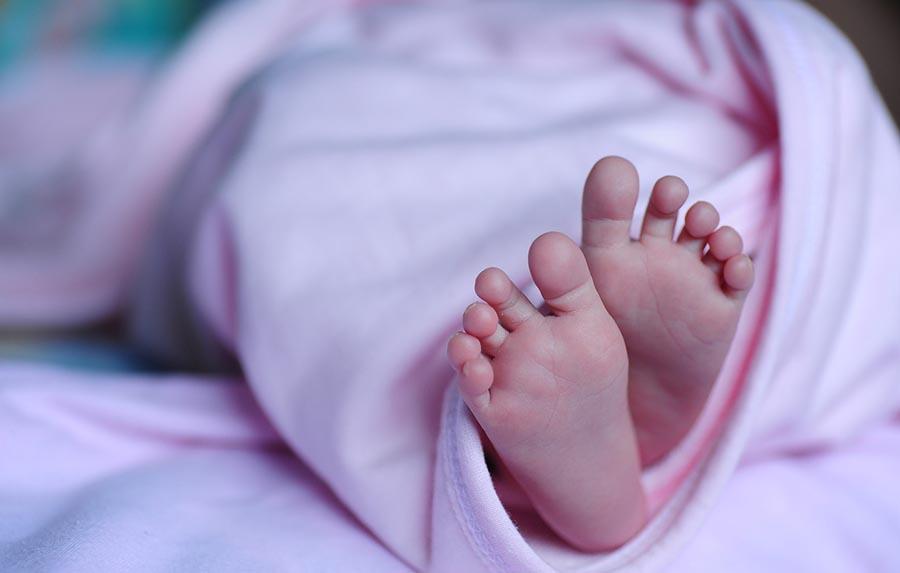 Mata a una bebé golpeándola contra una pared y después provoca el aborto de su pareja
