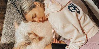 Una famosa youtuber cría 'como un hijo' a un cerdo de 80 kilos