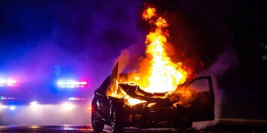 El impresionante vídeo de un policía rescatando a una mujer de un coche en llamas en EEUU