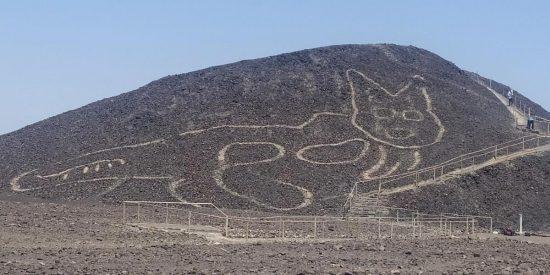 Hallan en Nazca un sorprendente geoglifo de un gato de 37 metros de hace más de 2.000 años
