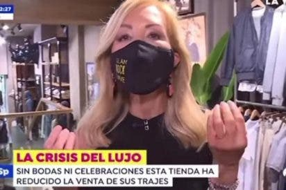 """""""¡Consumid! ¡Poneos guapos!"""": el debut de CarmenLomana como reportera de 'Espejo Público'"""