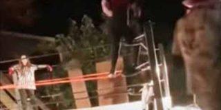 Un joven se rompe las piernas al saltar del ring y termina la función de lucha libre amateur