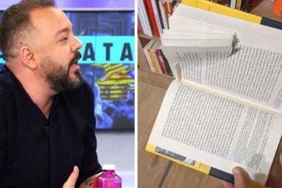 """""""El fascismo no quiere que me lean"""": el hilarante gemido de Antonio Maestre al descubrir uno de sus libros dañados"""