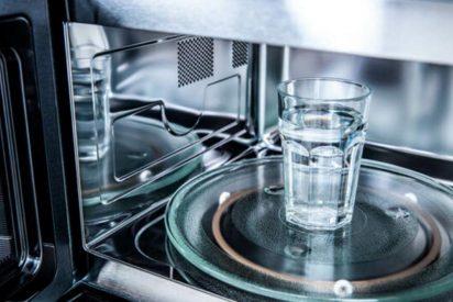 No podrás creer lo peligroso que puede ser calentar el agua en el microondas