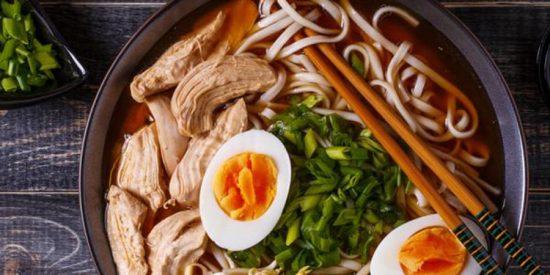 Ramen de pollo: Recetacasera con noodles y verduras