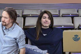 El último disparate de Correos: 'ficha' a una rapera podemita para celebrar el 12-O atacando a quien iza la bandera española