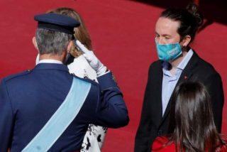 Captan el ridículo gesto de Pablo Iglesias contra el Rey Felipe que causa la mofa de Casa Real