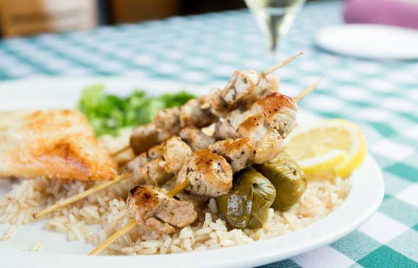 Receta de souvlaki griego con arroz