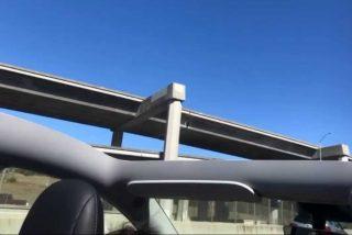 ¡Control de calidad del Tesla en ridículo!: Recién salido del concesionario, su techo sale volando en plena autopista