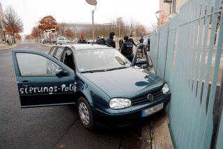 """Estrella su coche contra la sede del gobierno de Alemania para protestar contra la """"globalización"""""""