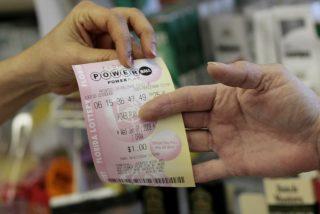 Se pone a limpiar la casa, encuentra un viejo boleto de lotería y gana un millón de dólares