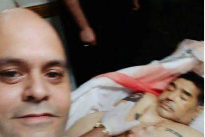 Se entrega en comisaría, aterrorizado por la amenazas de muerte, el empleado de la funeraria que se fotografió junto al cadáver de Maradona