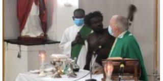Las sobrecogedoras imágenes del hombre que irrumpe en una misa, agrede al cura y destroza símbolos