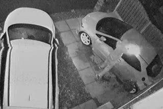 El pirómano se quema el trasero intentado prender fuego a dos coches