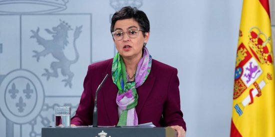 La ministra González Laya no se entera y confunde las banderas de Italia y México en plena cumbre Sánchez-Conte