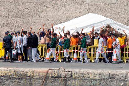 La Policía Nacional deja salir a más de 200 de los 2.000 inmigrantes retenidos en el muelle de Gran Canaria