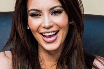 El neopreno del bañador no pudo con el 'bulto' de Kim Kardashian