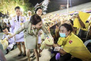 Las destrozadas rodillas de una escolta de la reina de Tailandia que escandalizan al mundo