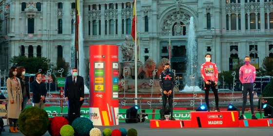 Almeida y Villacís acompañan a los ganadores de la Vuelta Ciclista a España 2020 en el podio de Cibeles
