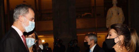 Miradas que matan: ¿fulmina con los ojos Letizia a Felipe VI por saludar cariñoso a una colega?