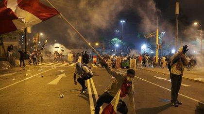 Los choques entre policías y manifestantes dejan ya dos muertos y varios heridos en Lima