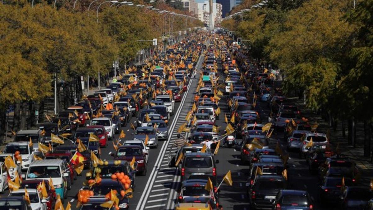 Miles de coches colapsan las principales ciudades de España en protesta contra la Ley Celaá