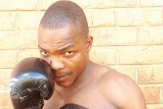 Boxeo: el entrenador se tira al ring para ayudar a su pupilo y desata una batalla campal