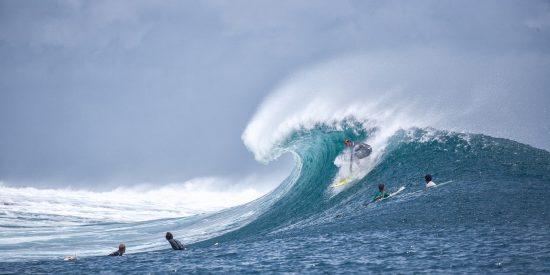 Dos surfistas protagonizan un aparatoso choque mientras montan una gigantesca ola