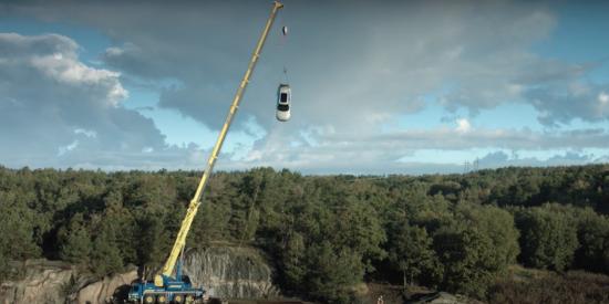 Seguridad: Volvo lanza coches nuevos desde 30 metros de altura