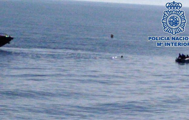 Un agresor sexual intenta escapar de la policía 'escondiéndose' junto a una boya en el mar