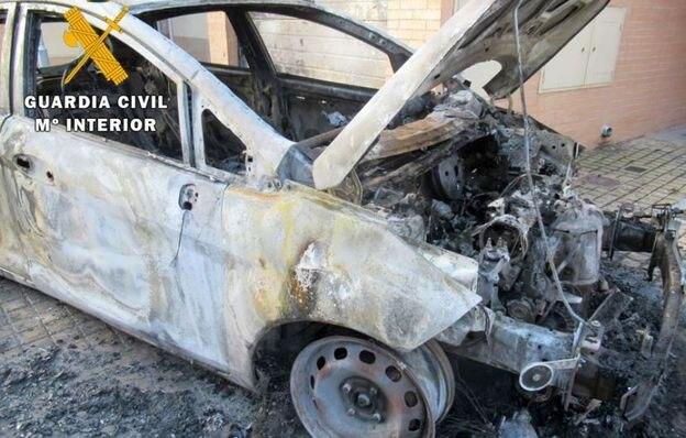 Dos vecinos de Valladolid calcinan un coche y amenazan con una pistola eléctrica a su dueño