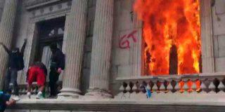 Asaltan e incendian el Congreso de Guatemala